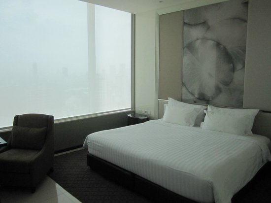 Grande Centre Point Terminal 21: The room with huge bed!