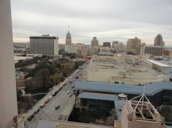 San Antonio Marriott Riverwalk : Vista de la ciudad y del canal del río desde la habitación