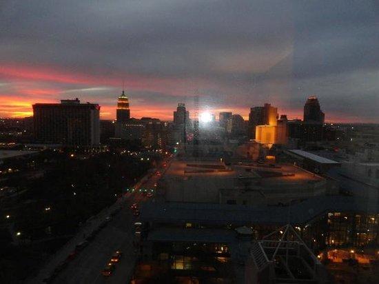 San Antonio Marriott Riverwalk : Vista del atardecer de la ciudad desde la habitación