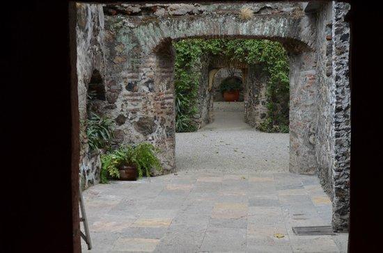Hotel Hacienda de Cortes : pathway to the garden