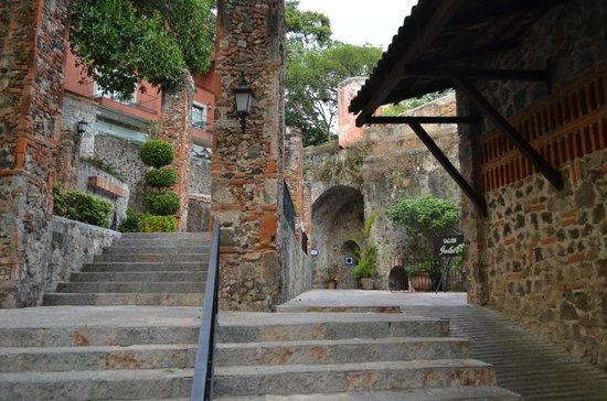Hotel Hacienda de Cortes : pathway to the rooms and pool