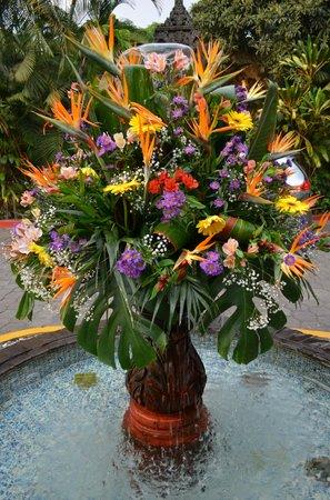 Hotel Hacienda de Cortes : fresh flower fountain greets you as you arrive