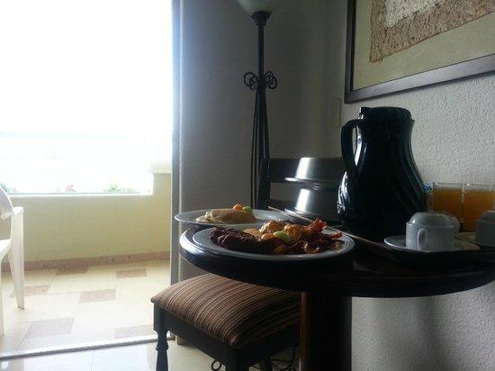 Gran Caribe Resort: room service