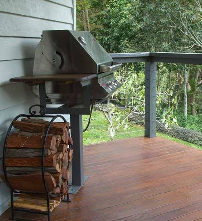 Montville Grove: BBQ on balcony