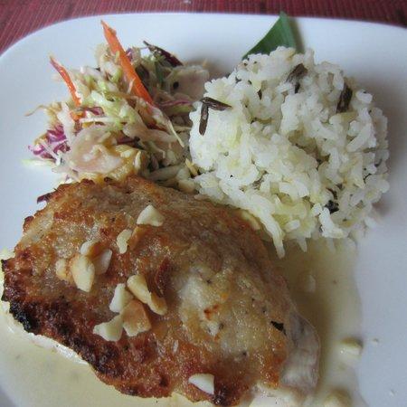 Hula Grill Kaanapali: Macadamia Nut Crusted Fish