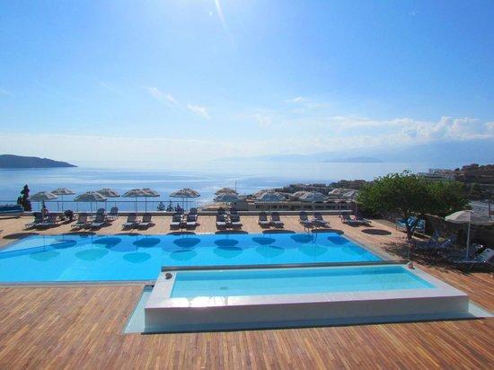 Elounda Ilion Hotel : Бассейн и вид на залив Мирабелло с зоны для завтрака