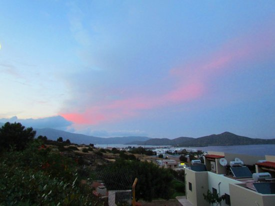 Elounda Ilion Hotel : Вид с территории отеля на залив Мирабелло и остров Колокита