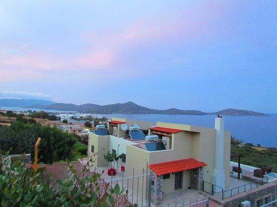Elounda Ilion Hotel: Вид с территории отеля на залив Мирабелло и остров Колокита
