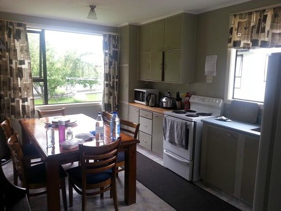 Birchwood Cottages: Lovely dining room and kitchen