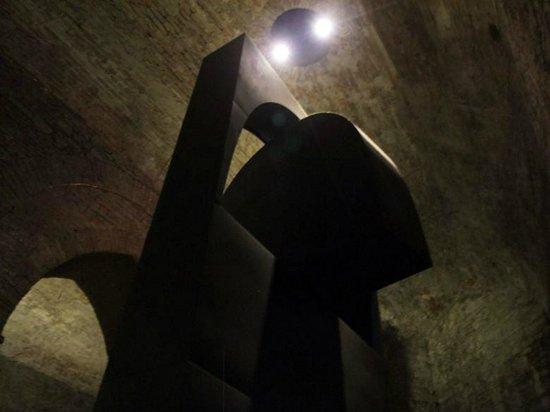 Visione dal basso Il Grande Nero Di Alberto Burri  |  Rocca Paolina, Perugia, Italia