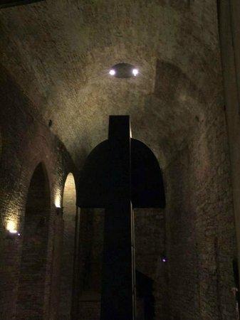 Visione laterale Il Grande Nero Di Alberto Burri  |  Rocca Paolina, Perugia, Italia