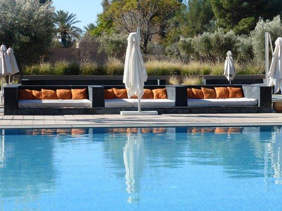 Pullman Marrakech Palmeraie Resort and Spa: notre place repos  préparée chaque matin par le responsable picine