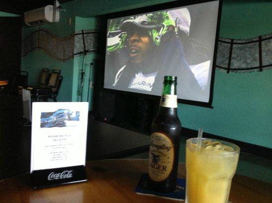 Pelican Rail-Road Deli and Pub: Big screen, great drinks!
