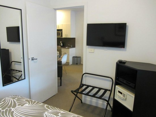 Alto Hotel on Bourke: Looking out to the kitchen from the bedroom