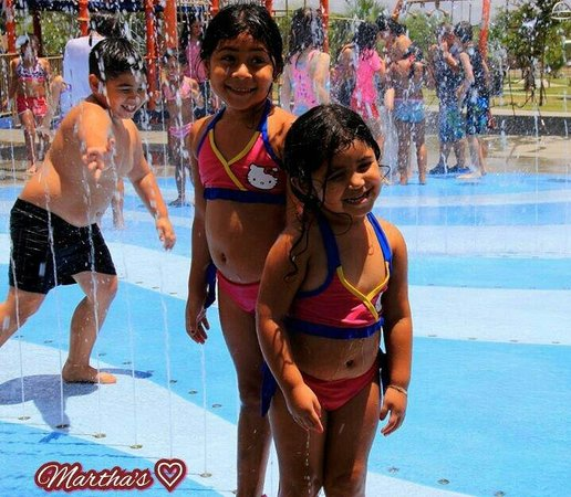 McAllen, Teksas: Kids having dun on a hot day.. pic by Martha Avila