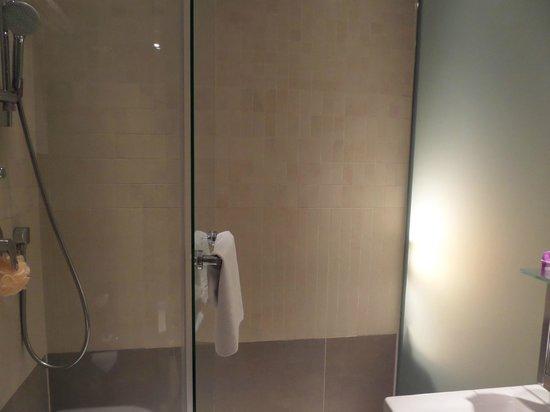 TITANIC Comfort Hotel Berlin Mitte: Shower
