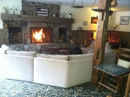 Grey Bonnet Inn : The living room.