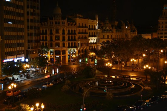 Hostal Venecia: Vista da sacada à noite, Plaza del Ayuntamiento.