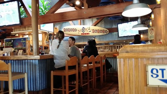 Islands: The Bar here is the center of the restaurant.