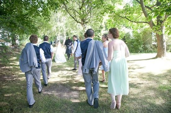 ‪‪Parkbrae Estate‬: bridal party walking through the gorgeous gardens‬