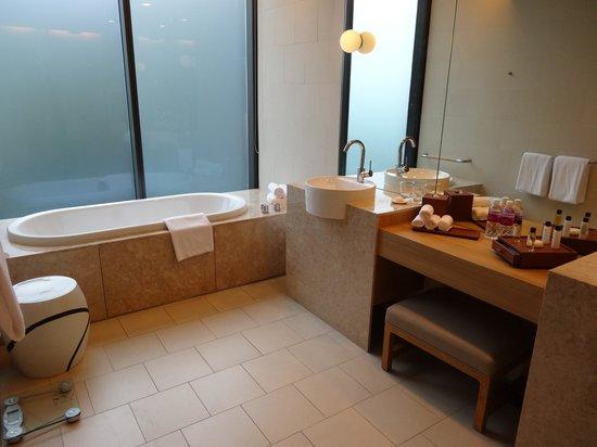 Crowne Plaza Changi Airport : スイートのバスルーム