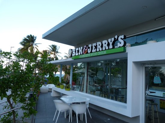 Ben & Jerry's Condado: Outside seating area with view of sea