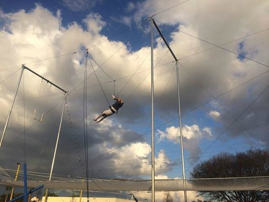 Trapeze Federation: Swinging by my legs!