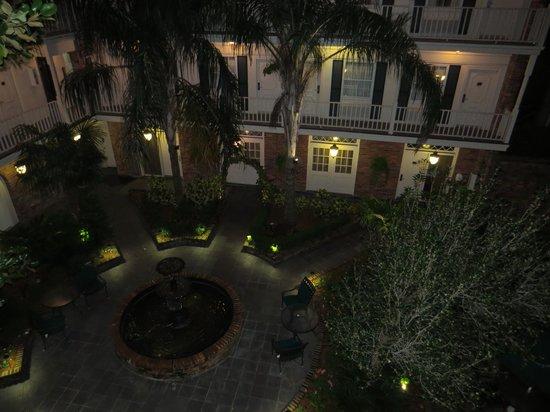 Best Western Plus French Quarter Landmark Hotel: Lovely courtyard at night