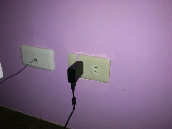 Yu-Jue Holiday Villa: 房內提供的二孔式插座,一般筆電及新式電器的三極式插座無法使用