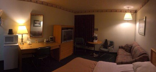 Colonial Inn: Clean room.