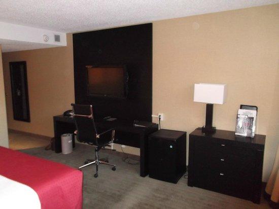 Radisson Hotel and Convention Centre: tv and desk