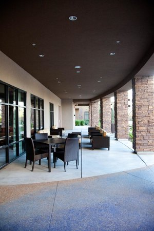 Courtyard Scottsdale Salt River: Outdoor seating area