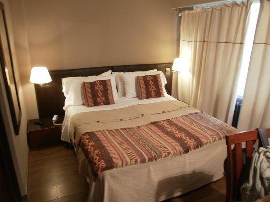 Quillen Hotel & Spa: Cama desde la puerta