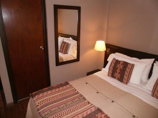 Quillen Hotel & Spa: Cama y puerta del baño