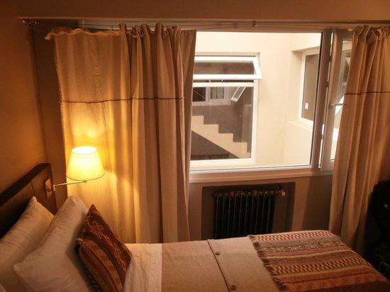 Quillen Hotel & Spa: Ventanal hacia el interior. De frente ventana de la escalera y a la derecha la ventana del hall