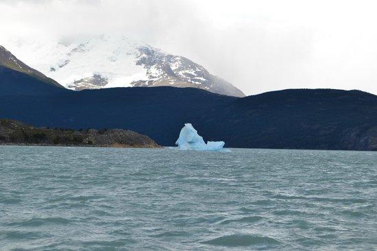 Estancia Cristina: Grandes masas desprendidas del Glaciar Upsala