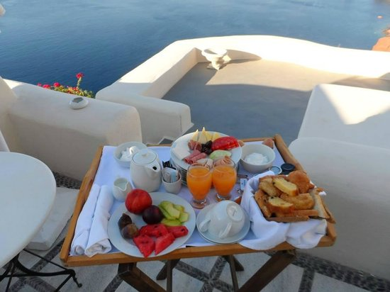 Canaves Oia Hotel : breakfast on our balcony