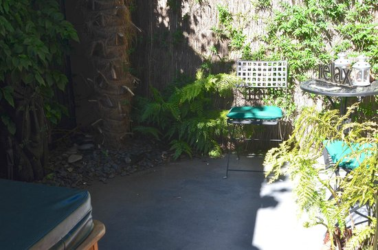 Blenheim Palms Motel: Our private courtyard with hot tub