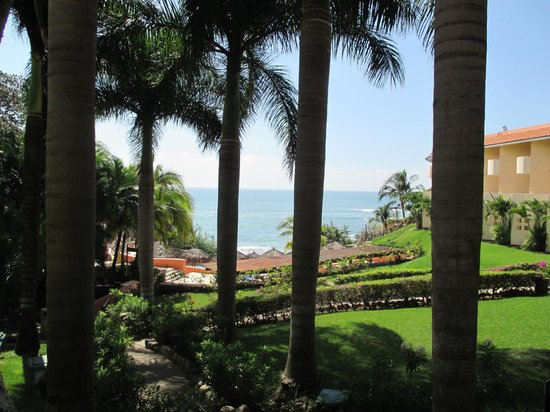 Grand Palladium Vallarta Resort & Spa : View from the grounds by the church