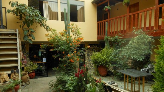 K'uychi Punku Hostal: Courtyard