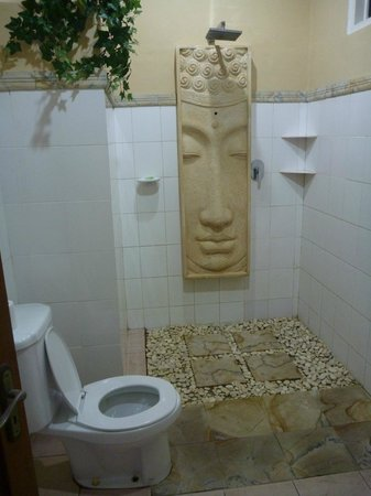 Villa Agung Beach Inn : Bathroom
