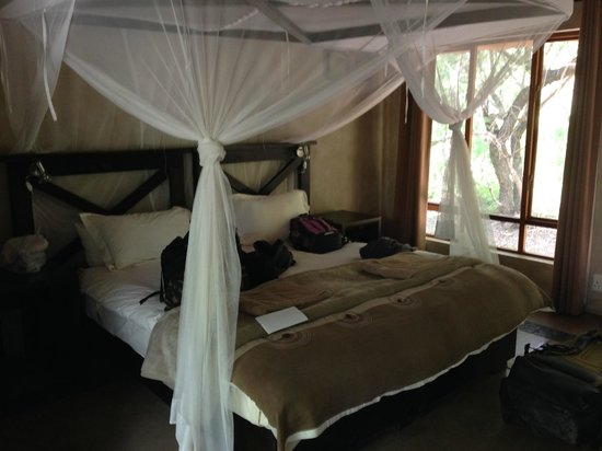 Thornhill Safari Lodge: Our bed.