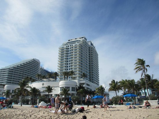 Hilton Fort Lauderdale Beach Resort: looking at the hotel from the beach