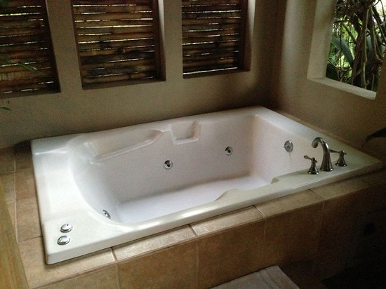 Lost Iguana Resort & Spa: Private outdoor hot tub