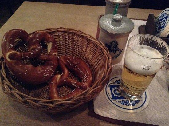 Gaststätte Nürnberger Bratwurst Glöckl am Dom: ビールとブレッツエル