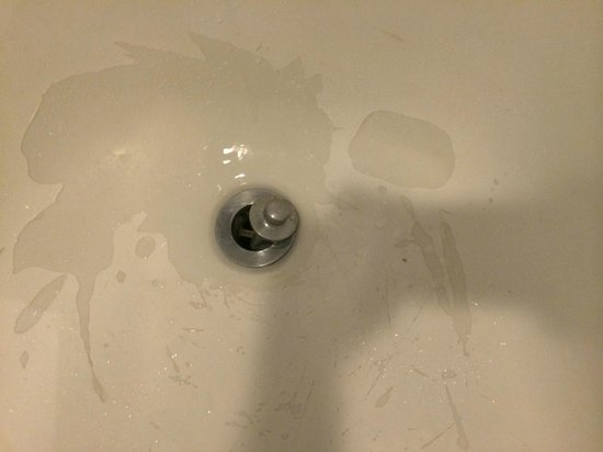 Hard Rock Hotel Palm Springs: grey/peeling bathtub, despite recently remodeled bathroom