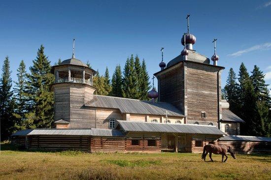 Pudozh, Russie: Вид на церковь и колокольню