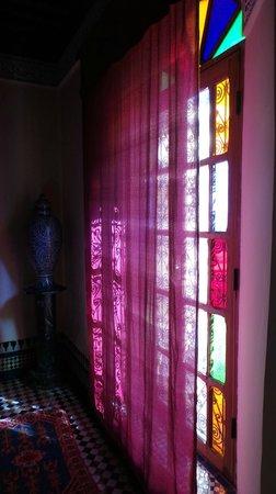 Riad Ibn Khaldoun : Sun in the room through the curtains