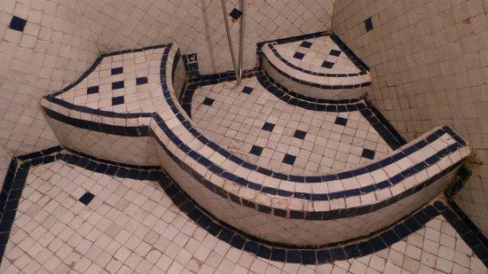 Riad Ibn Khaldoun: Hamam style bathtub