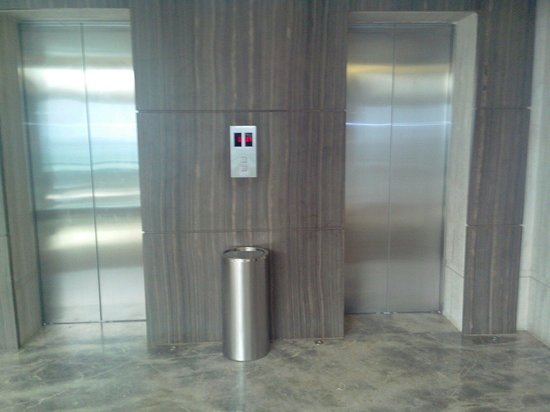 Hotel Suba International: Outside Elevator